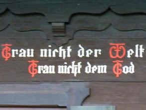 Photo: Trau nicht der Welt, Trau nicht dem Geld, Trau nicht dem Tod, Trau allein auf Gott.