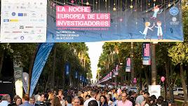 La Rambla atrajo a miles de visitantes en la Noche de los Investigadores.