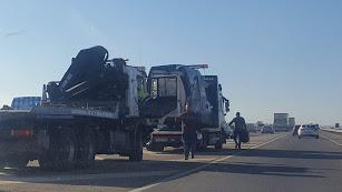 Retiran la furgoneta accidentada de la vía.