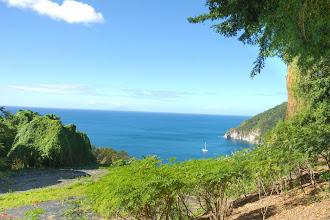 Photo: au loin île de Montserrat depuis jardin botanique Deshaies