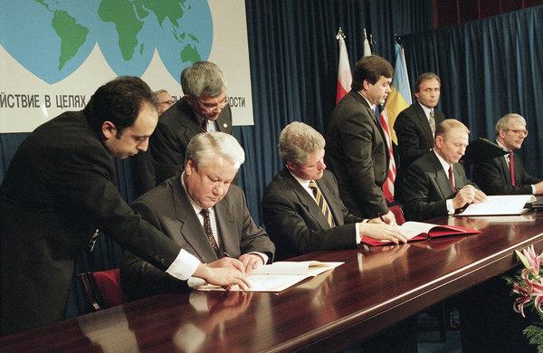 Борис Ельцин, Билл Клинтон, Леонид Кучма иДжон Мэйджор (слева направо) вовремя подписания «Будапештского протокола», 5декабря 2018 года. Фото: Marcy Nighswander / AP