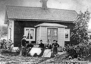 Photo: Smeden vid Kärrgruvan, Anders Jansson med familj 1897