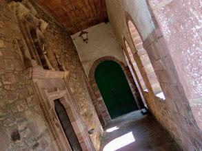 Photo: Azpilkueta, 370m: la chiesa. L'arco sul fondo dà accesso al paredon del gioco della pelota basca.