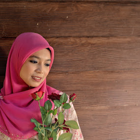 A smile and the roses... by Khairil Shahmi - People Portraits of Women