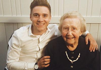 """Evenepoel viert negentigste verjaardag grootmoeder: """"Niet altijd in elkaars buurt door het vele reizen, maar altijd in mijn hart"""""""