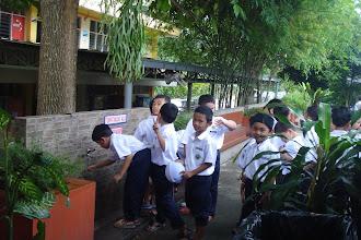 Photo: Pelajar tahun 1 SRIH sedang menunggu giliran untuk mengambil wudu'  Sebagai persiapan menunaikan solat zohor.