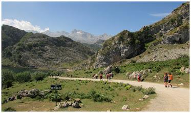 Photo: Parto el último. Al fondo destacando: la T. de Sta. María. Estamos a una altura de 1100 m. Nos dirigimos a la vega de Enol.