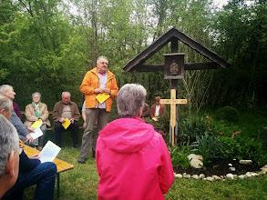 Photo: Gerhard Schuster, der Leiter der Fußwallfahrt nach Mariazell erklärt, warum hier ein Kreuz steht