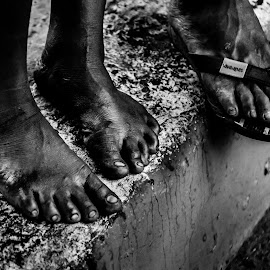 1000 miles by Marc Anderson - Black & White Portraits & People ( sad, homeless, street life, manila, street photography )
