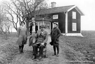 Photo: Adolfsberg 2-42 1930-tal. Från vänster: Nellie, Lilly, Anders och Sven Andersson vid gamla stugan i början av 1930-talet