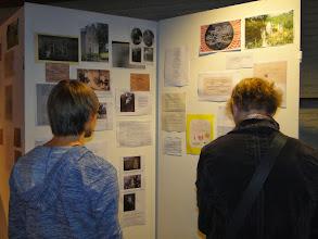 Photo: Belangstelling voor de tentoonstelling.