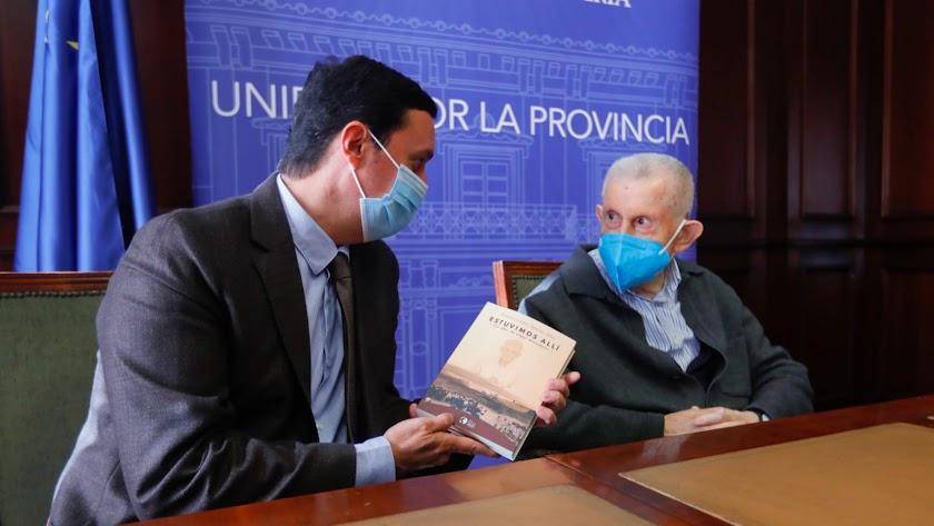 El presidente de Diputación comenta el libro con su protagonista.
