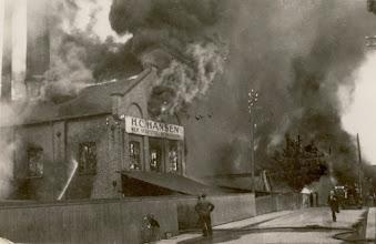 Photo: Brannen på Broene 27 mai 1936. Tatt fra gaten ved H C Hansens kontorbygning.