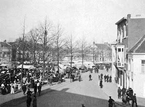 Photo: 1900 - Markt op de Heuvel. foto genomen vanaf woonhuis wijlen dr. Taminiau.
