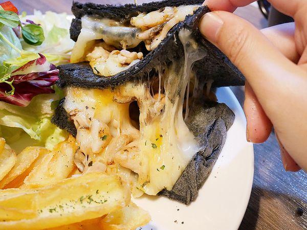 At • First Brunch 緣來 - 台北東區早午餐推薦,起司多到炸的瀑布吐司超療癒,滿滿起司海每一口都滿足