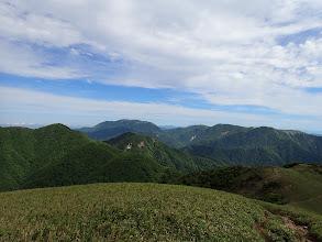 山頂から予定縦走路を望む