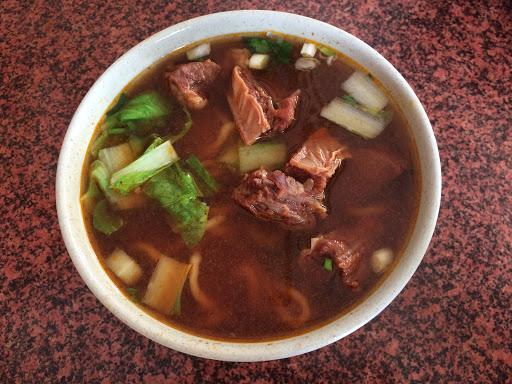 很特別的牛肉麵  牛肉燉煮的很有嚼勁 湯喝到後面有不同的感覺✌🏻️