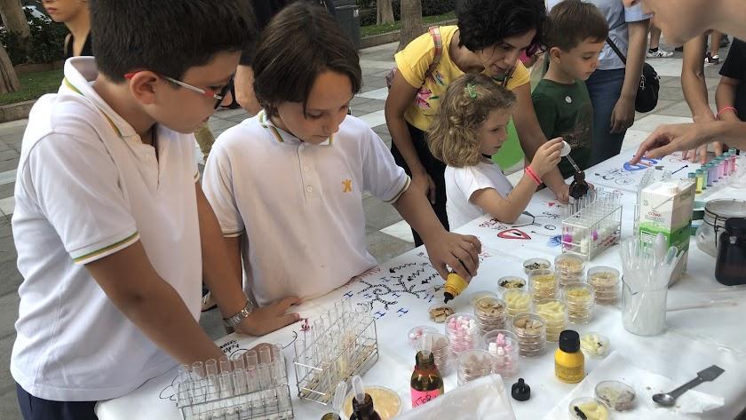 Los más pequeños prestaron mucha atención a los talleres.