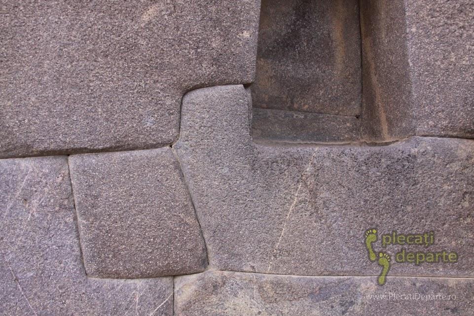 Detaliu dintr-un zid incas, din Ollantaytambo. Pietrele sau stancile se imbina perfect, fara nici un liant sau adeziv. Orasul Ollantaytambo e un obiectiv turistic din Valea Sacra, Peru