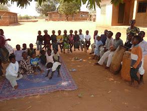 Photo: à l'ombre du manguier, les 40 enfants nous attendaient