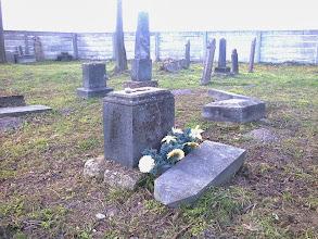 """Photo: Az emlékezés kavicsait helyeztük el a sírköveken. Élő kapja a virágot, a halottnak holt dolgot visznek a zsidó emberek. (Valaki művirágot rakott, ami szintén holt dolog.) """"A zsidó temetőkben a látogatók nem virágot, hanem követ, kavicsot helyeznek el a síron. Mit jelent és honnan ered ez a szokás?"""" A hagyomány a korabeli temetkezési szokásokban gyökerezik. Évezredekkel ezelőtt a zsidóság a hajdani Izrael sivatagos vidékén élt. Itt a holtak eltemetése nem volt egyszerű, hiszen a köves talajba mély gödröt ásni nagy nehézséget jelentett. Így hát a gödör kimélyítése helyett/mellett nagy kövekből halmot emeltek a holttest fölött, hogy az nehogy a vadállatok martalékává váljon (innen ered egyébként a sírkőállítás szokása is). A közösség tagjai úgy tudtak az elhunyt javára tenni, ha vittek egy követ a sírra, hogy az minél erősebb legyen. Ezt a hajdan praktikus szokást őrzi a hagyomány; bár ma nagy kő helyett egy kis kavics is megteszi. A sírra helyezett kő vagy kavics jelzi továbbá, hogy az elhunyt emlékezete tovább él, a közeli hozzátartozókat jó érzéssel töltheti el, hogy vannak még mások is, akik felkeresik a sírt. A kő továbbá nem múlandó, mint a virág, akár örök emlékként is megmarad."""