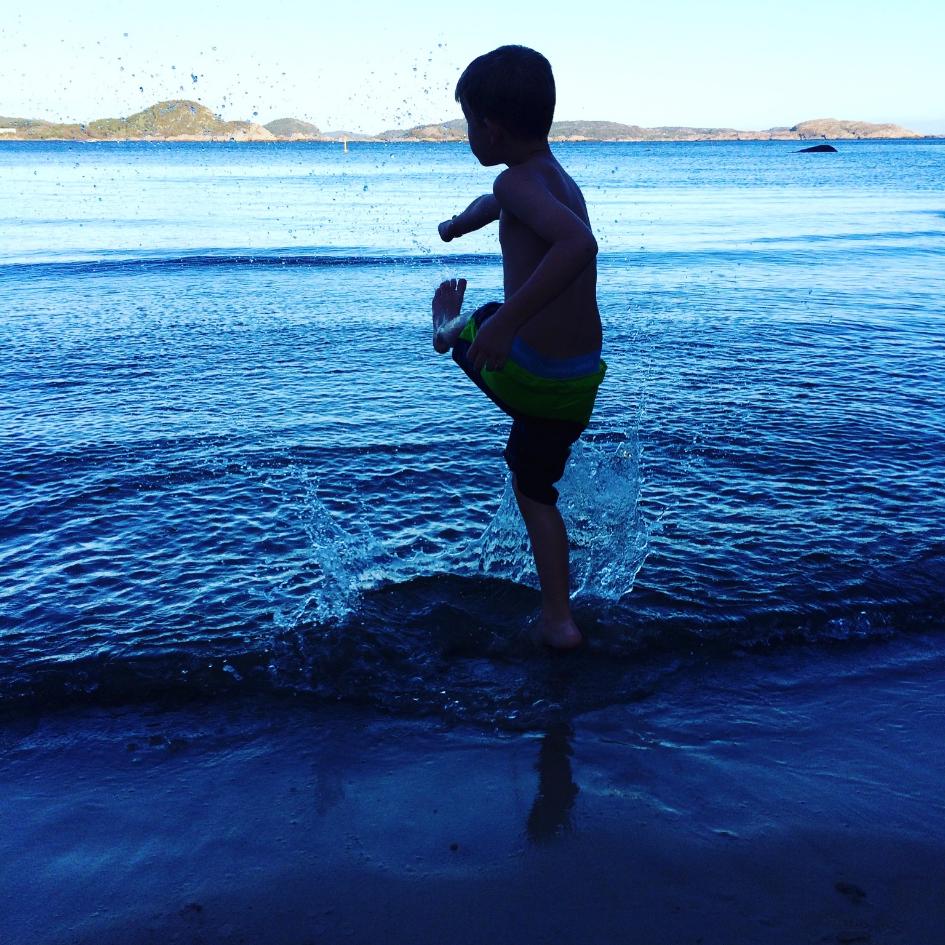 Barn leker i vann på Lordens