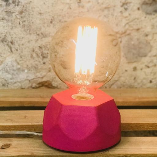 Lampe design en béton rose fuchsia avec son ampoule à filament