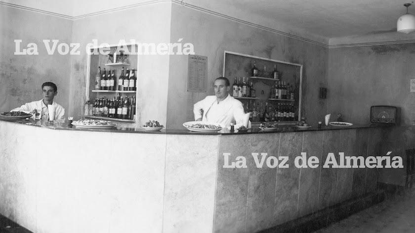 En la foto, el bar Pasaje con su elegante radio al fondo.