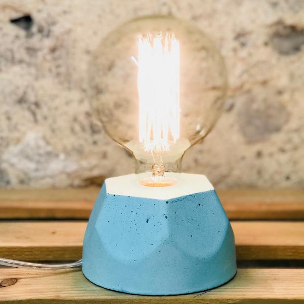 Lampe design en béton bleu pastel avec son ampoule à filament