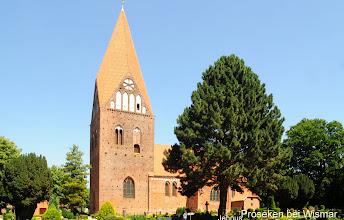 Photo: Proseken bei Wismar Kirche im Küstenwind