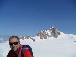 Photo: Carlos con el refugio de Cosmicos y la Aguille du Midi detrás. Foto AH
