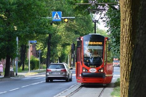 Obraz zawierający zewnętrzne, droga, autobus, ulica  Opis wygenerowany automatycznie