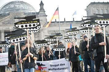 Symbol_Demo_Leos vor Reichstag.jpg