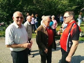 Photo: Karl Hochfelsner (links) organisiert das. Jetzt trinkt er nach getaner Arbeit ein Schremser Bier.