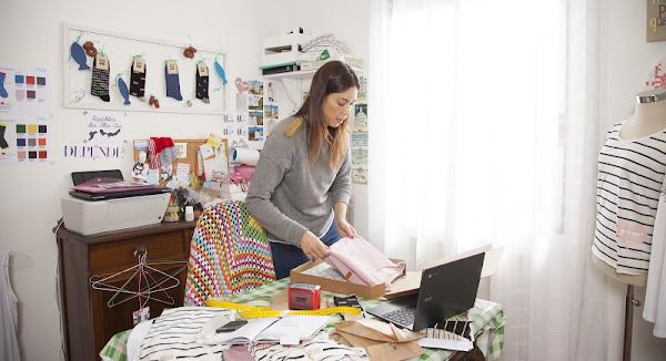 Una mujer en su negocio de ropa online