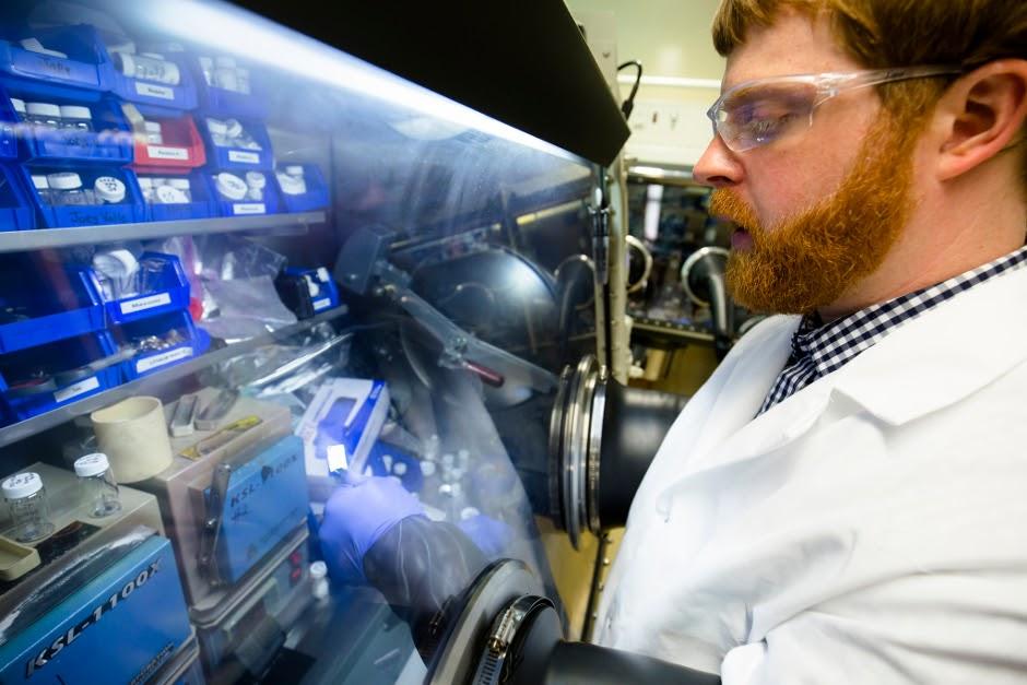 Натан Тейлор (Nathan Taylor), аспирант по машиностроению, осматривает кусок литиевого металла