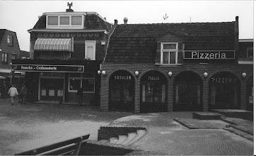 Photo: Nu Pizzeria: mijn broer Huib is in dit huis geboren. Boven is het nog authentiek.