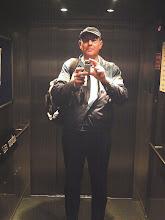 Photo: 18. Oktober 2005: Selbstporträt zum Dienstschluß im Aufzug (Johanneshaus in Wuppertal-Barmen). Mit der Medion-Digicam, welche im Folgejahr auf dem Vojak ihren Geist aufgeben sollte.