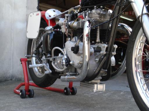 Triumph Dragster, de Bill Carbu, créé dans les ateliers de Machines et Moteurs, spécialiste de la restauration de machines anglaises,  vu de trois quart avant