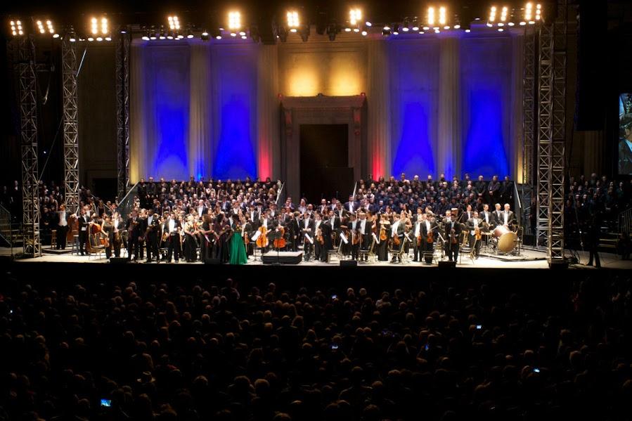 Al finalizar la Novena Sinfonía de Beethoven, el maestro Gustavo Dudamel junto a la orquesta, el coro y solistas reciben con agradecimiento 10 minutos de aplausos.