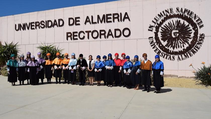 Carmelo Rodríguez y María Inmaculada Ramos junto a los nuevos doctores.