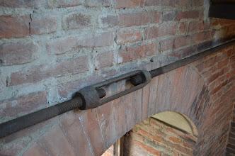Photo: Uno dei tiranti che impediscono alle pareti di cedere verso l'esterno