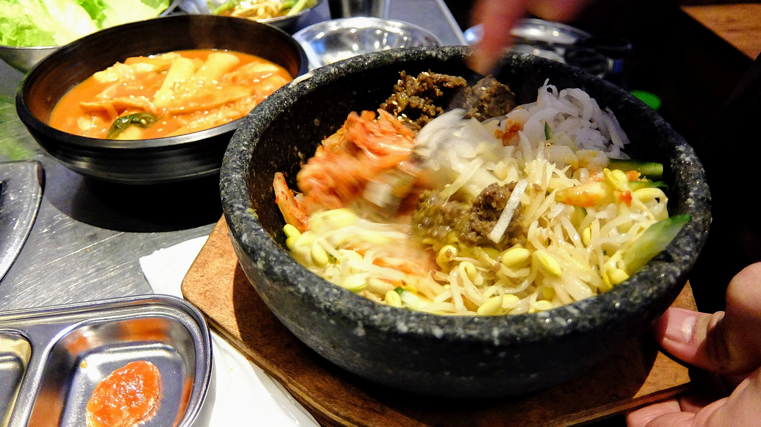 石鍋拌飯有桌邊服務,幫忙攪拌加醬料,如果想要鍋巴多一點可以晚一點再攪拌或把飯貼到鍋邊