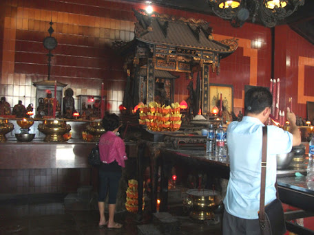 Worship activities in Grajen Temple.