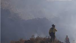 Miembros del Plan Infoca en el incendio de Serón.