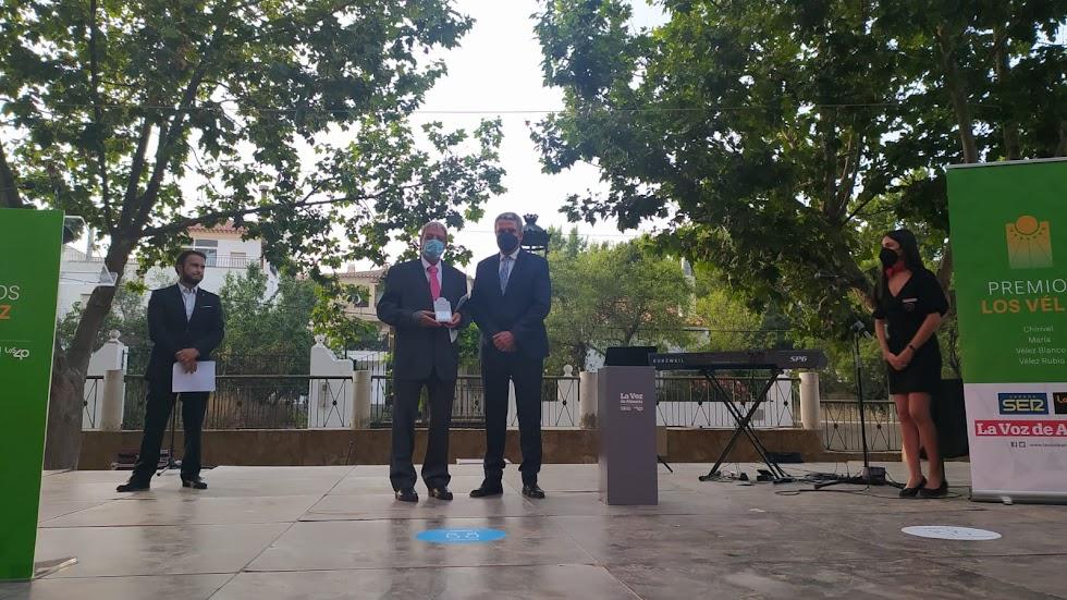 Lorenzo Reche Alonso, gerente del Hotel Restaurante Lorenzo, recoge el Premio Empresa. Lo entrega Juan de la Cruz Belmonte, delegado de Salud y Familias.
