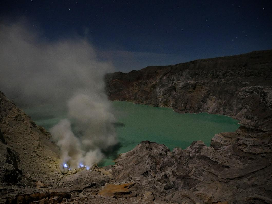 kawah ijen in the nighy