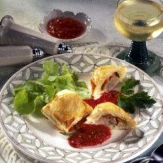 Pikante Blätterteig-Maultaschen mit Tomatensoße