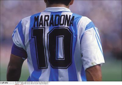 📷 Prachtig: Napoli brengt hulde aan Maradona en speelt in iconisch 'Argentijns truitje' tegen AS Roma