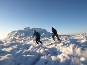 Photo: Vítr zničehonic celou mlhu odvál a my utíkali na vrchol, abychom se mohli rozhlédnout, než to všechno kolem zase pohltí bílo.